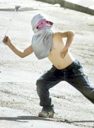 Aksa intifadası nda taş atan gençler ve çocuklar